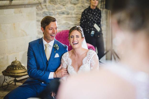 Momento cómplice en la boda de Lucía y Bjorn.