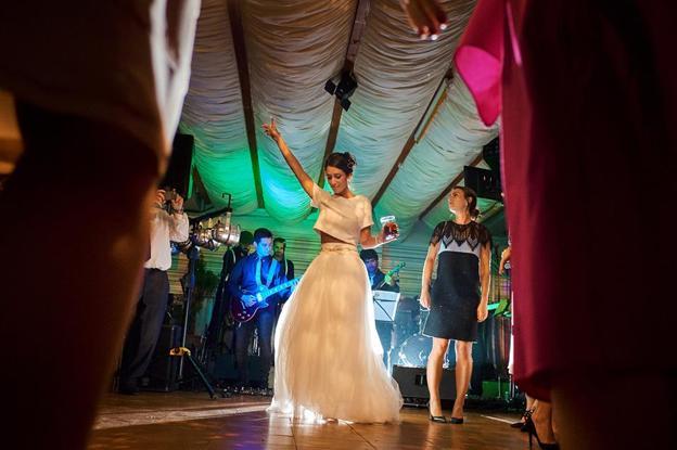 En la boda de Ana y Toñín, la novia dándolo todo en la pista.