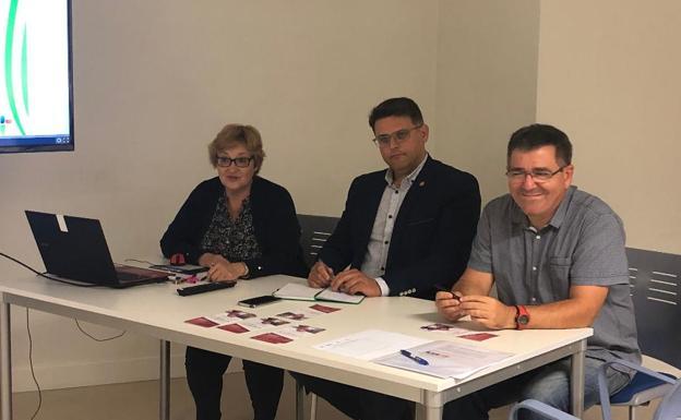 Imagen de archivo de la presentación de uno de los últimos convenios de colaboración firmado por el concejal de Gobernación, Vicente Palazuelos, y representantes de AMECAN./ dm