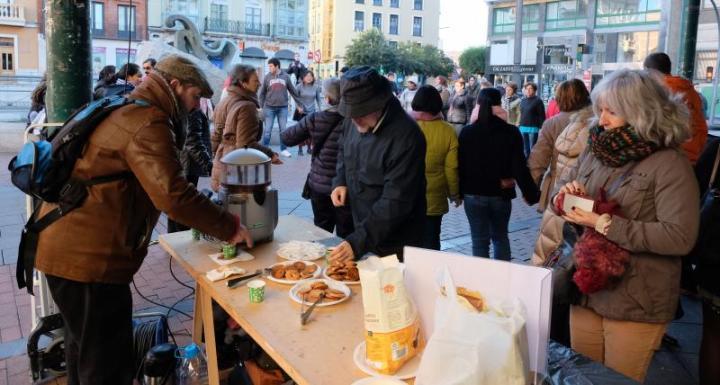 Un momento de la chocolatada organizada este domingo en la Plaza de España. /G. VILLAMIL