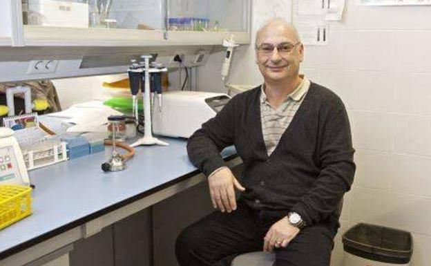 El investigador Francisco Mojica, en su laboratorio.