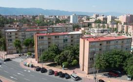 Vista del polígono de La Paz, con sus característicos bloques antiguos y sin ascensor, en un lateral de la avenida Primero de Mayo. /Javier Carrión/ AGM