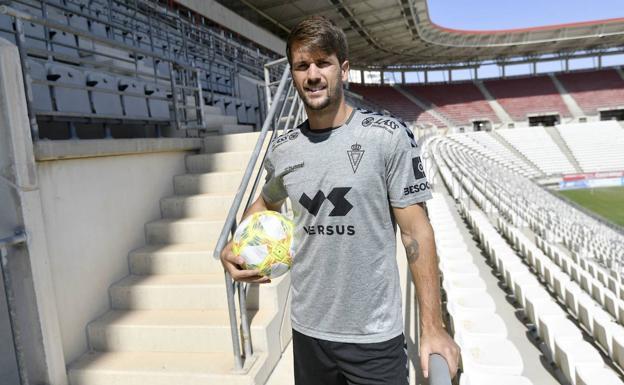 Mario Abenza, in the stands of Enrique Roca.