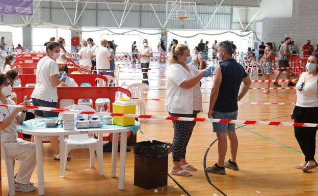 Vaccination at the Felipe VI Sports Center in Lorca this Tuesday.