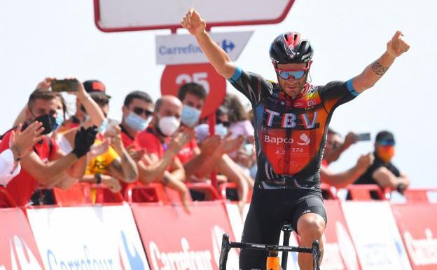 Damiano Caruso enters the goal of Alto de Velefique victorious.