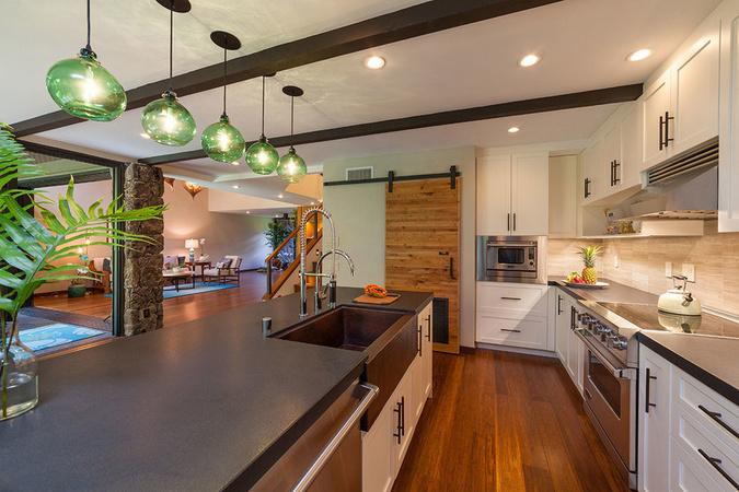 kitchen remodel hawaii cabinet grades 每日豪宅 颐养身心的夏威夷海滨健康主题住宅 mansion global 厨房配备皮革质感的黑色花岗岩台面 锻造铜质水槽 sub