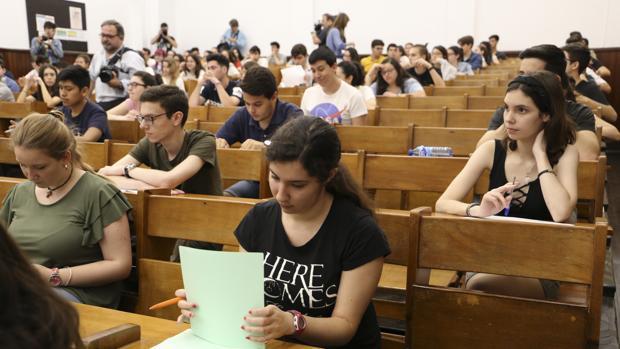 Alumnos examinándose de Selectividad