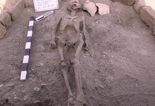 Imagen de un esqueleto humano en Luxor, Egipto
