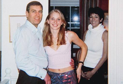 Virginia Roberts, la mujer que acusa al Príncipe Andrés de abusos sexuales, fotografiada junto a él y a Ghislaine Maxwell en 2001