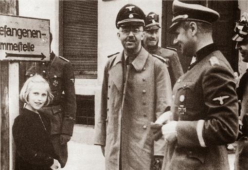 Heinrich Himmler con su hija durante una visita al campo de concentración de Dachau