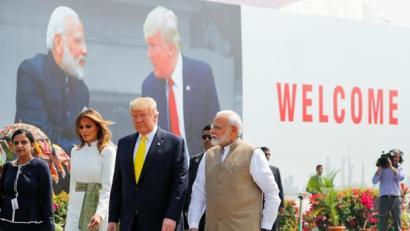 Donald Trump y la primera dama, Melania Trump, asisten a una ceremonia de bienvenida con el primer ministro indio, Narendra Modi