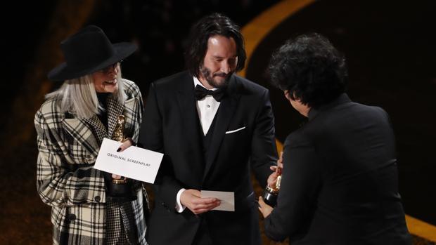 Oscars 2020: Bong Joon-ho, director de Parásitos, recoge uno de los cuatro Oscar que ha conseguido