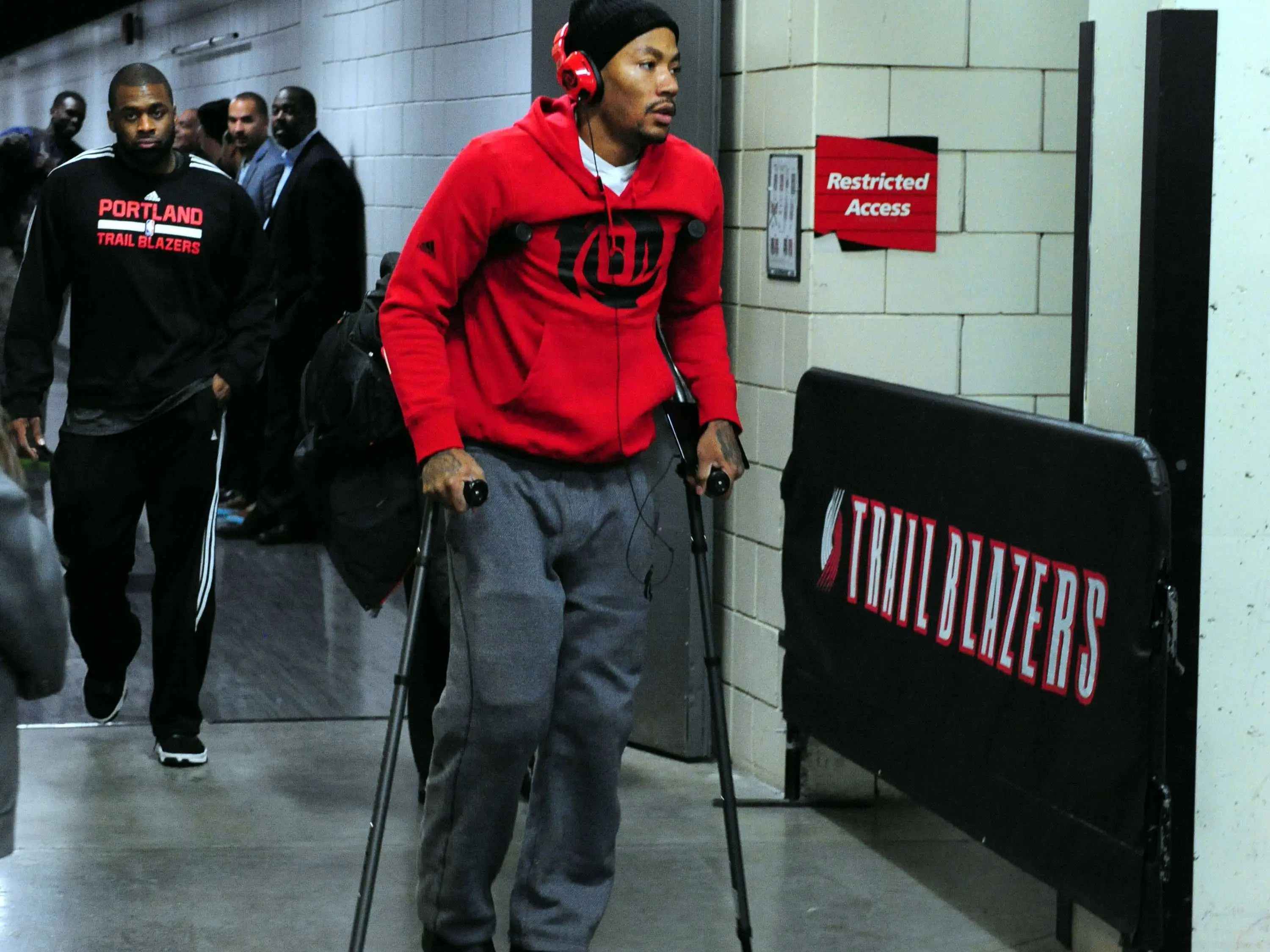 Derrick Rose on crutches after injuring the meniscus in his left knee - 11/23/13 - Bulls vs. Trailblazers