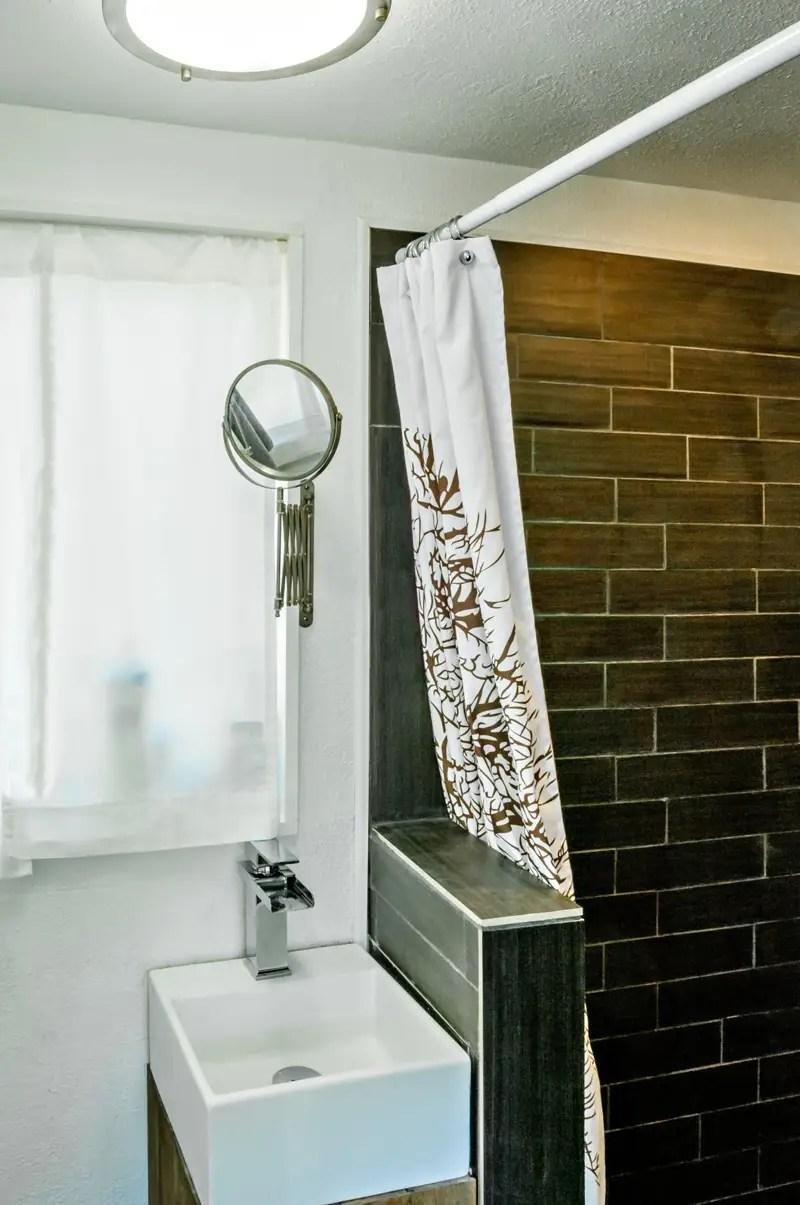 El cuarto de baño está detrás de un panel deslizante en la cocina.