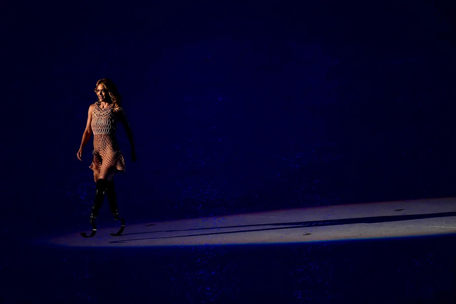 En un movimiento que refleja el paseo por Gisele Bündchen durante la ceremonia de apertura de los Juegos Olímpicos de Río, snowboarder y el modelo Amy Purdy caminaba por el escenario durante la apertura de los Juegos Paralímpicos de Río.