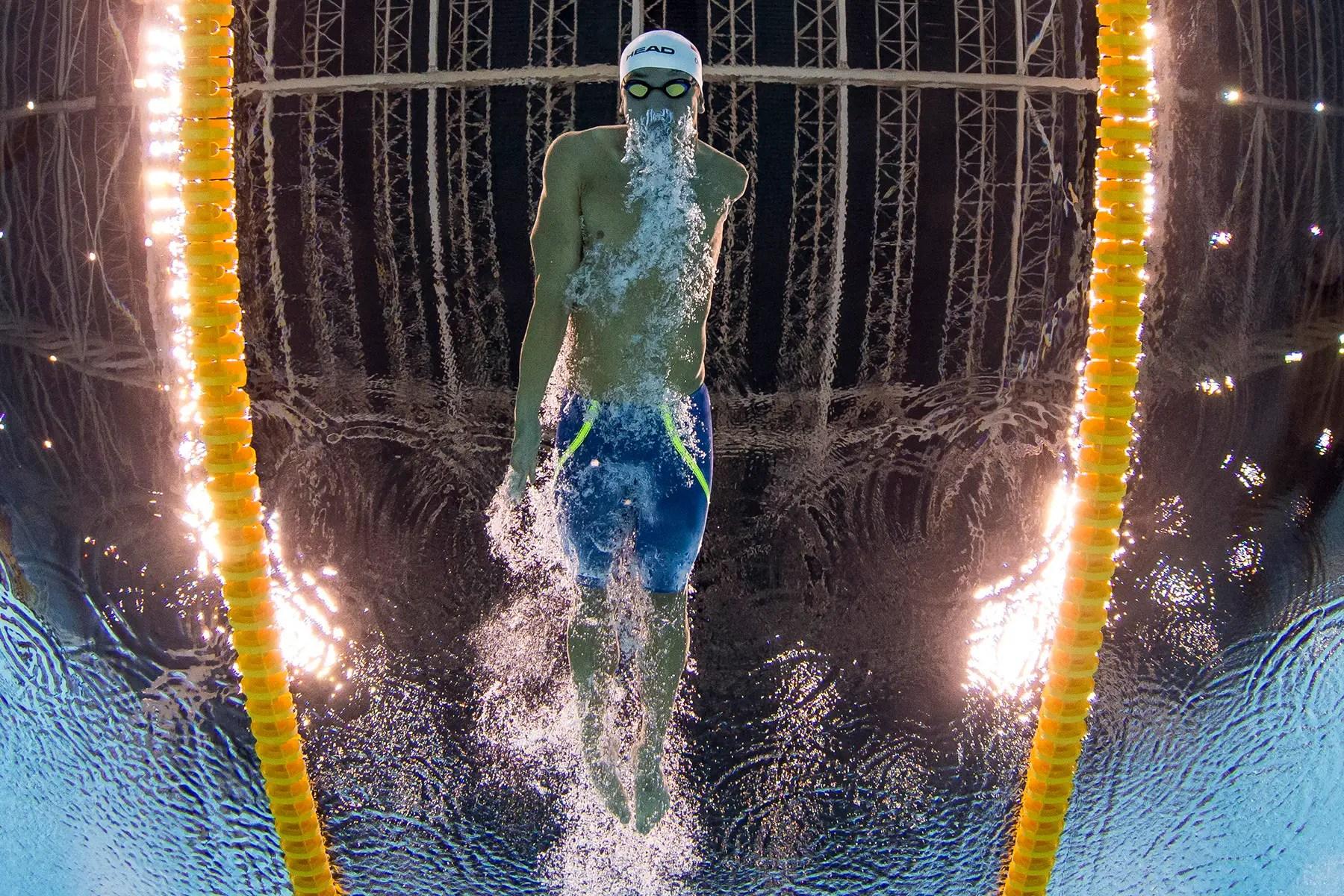Andreas Onea de Austria compite en la braza de 100 metros masculinos.
