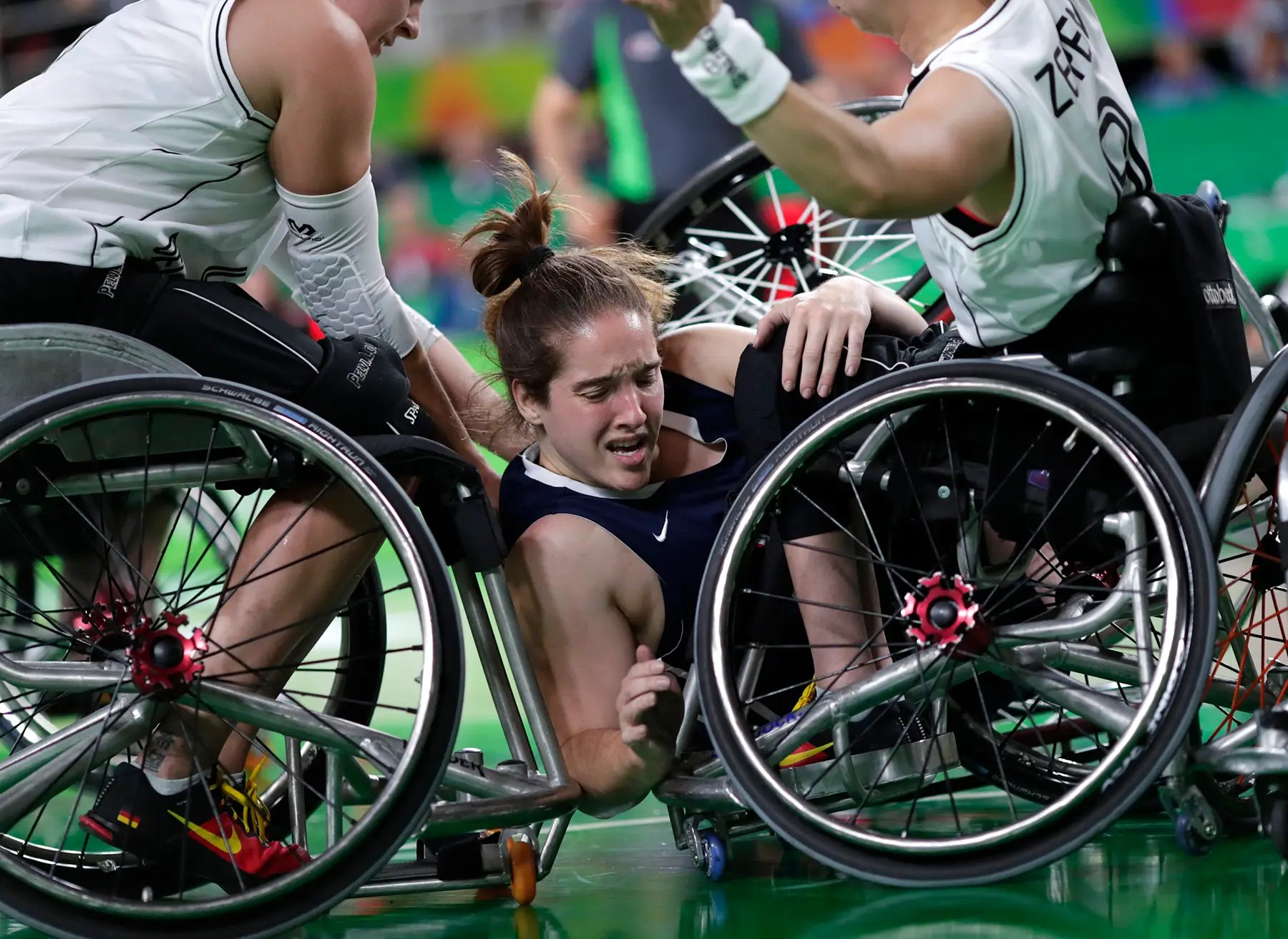 Rebecca Murray equipo de EE.UU. se intercala durante un partido de baloncesto en silla de ruedas.