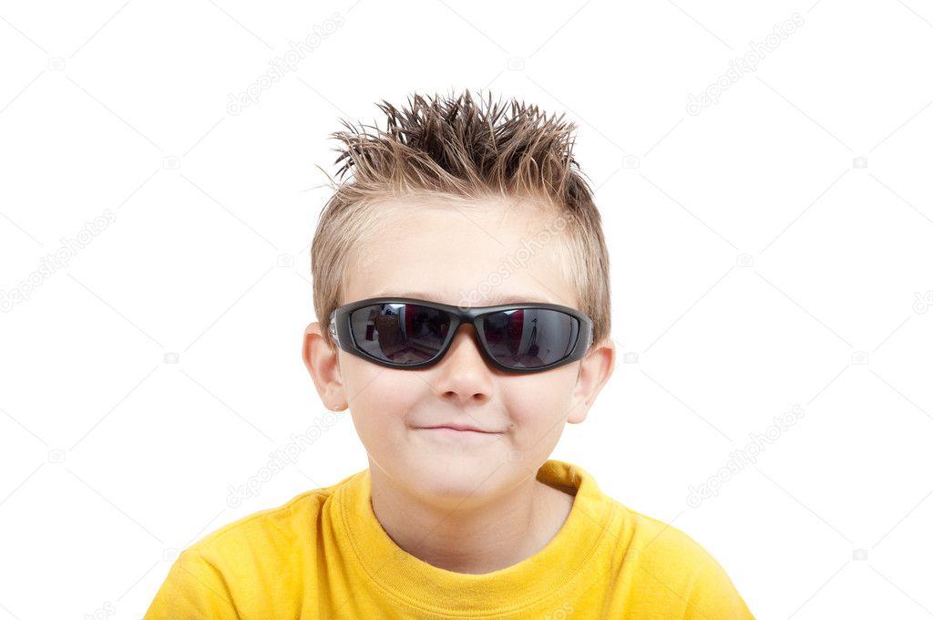 微笑的男孩戴墨鏡 — 圖庫照片©ragnarok#3353972