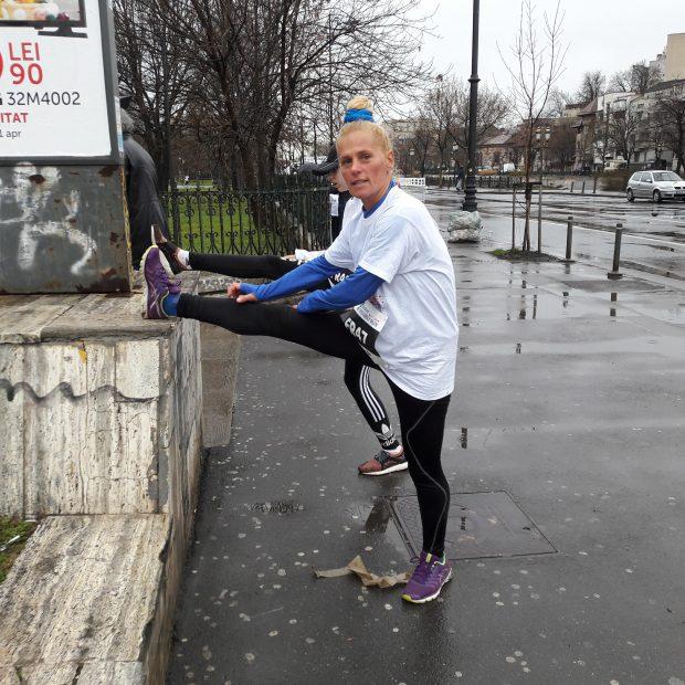 """Mariana de la Exatlon a făcut poze alături de tineri la """"Bucharest 10K&Familiy Run"""" . Mariana de la Exatlonface exerciții de întindere, înainte de participa la ștafetă"""