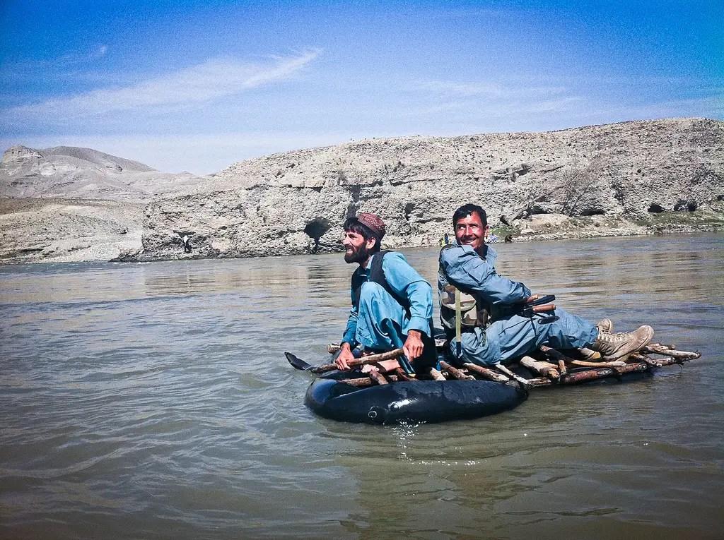 """Para cruzar el río, usted tiene que tomar un """"ferry"""" - el pasajero es uno de los guardianes de nuestra compuesto que vino a lo largo de una caminata"""