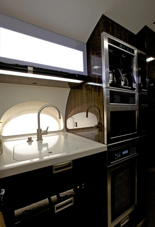 La cocina cuenta con un sistema de esterilización del agua, además de porcelana, cristal y cubiertos para servir comidas de primera categoría.
