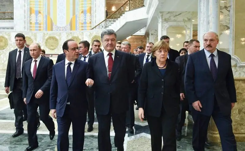 Belarus' President Alexander Lukashenko (R), Russia's President Vladimir Putin (2nd L), Ukraine's President Petro Poroshenko (C, front), Germany's Chancellor Angela Merkel (2nd R) and France's President Francois Hollande (front L) walk as they take part in peace talks on resolving the Ukrainian crisis in Minsk, February 11, 2015.  REUTERS/Mykola Lazarenko/Ukrainian Presidential Press Service/Handout via Reuters