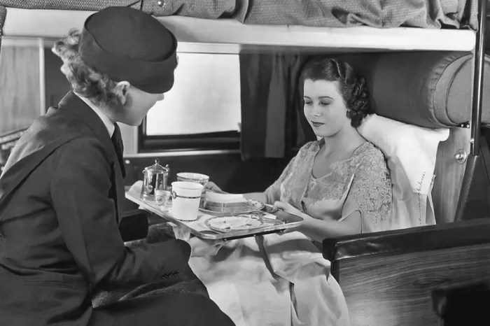 When planes first became a more common way to travel in the 1930s, there wasn't a distinction between first and economy class. Inflight dining on US airlines often included free sandwiches, a simple meal to comfort passengers on turbulent flights.