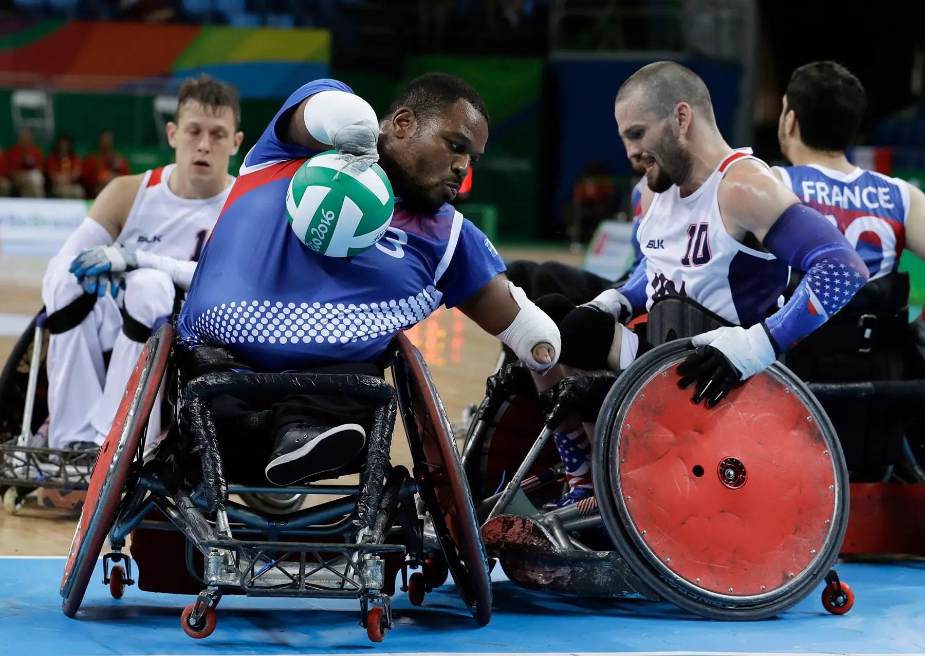 Los miembros del equipo de Francia y el equipo de EE.UU. compiten en el rugby en silla de ruedas mixta.