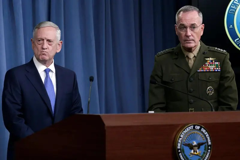 USA Defense Secretary James Mattis (L) and Joint Chiefs Chairman Marine Gen. Joseph Dunford hold a press briefing on the campaign to defeat ISIS at the Pentagon in Washington, U.S., May 19, 2017. REUTERS / Yuri Gripas