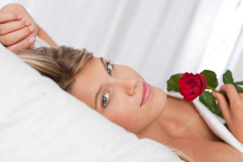 Resultado de imagen de mujer acostada en la cama