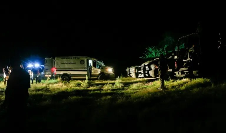 Mexican officials arrive at the site where a police helicopter participating in an operation to capture leaders of an unidentified criminal group, fell on September 6, 2016 in La Huacana, Michoacan State