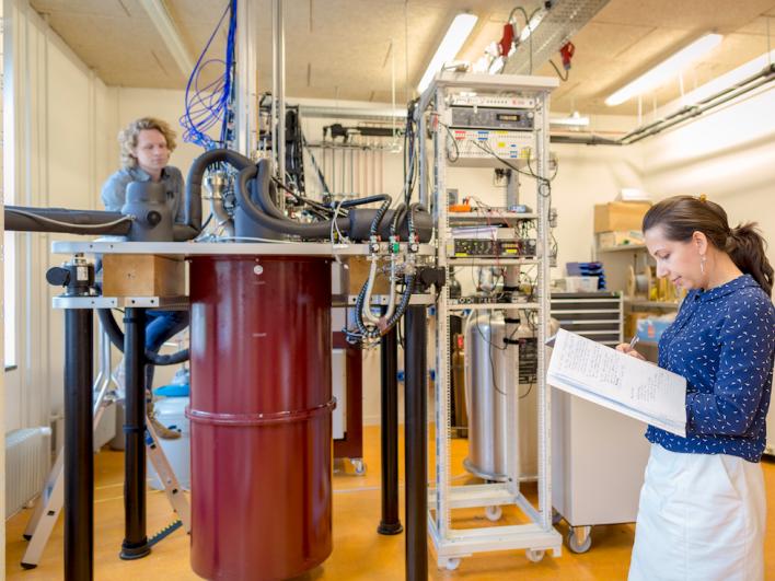 Ainda há muitas variáveis a serem aperfeiçoadas antes que esta tecnologia esteja pronta para o piso da fábrica. Esses pesquisadores do laboratório de computação quântica da QuTech estão concentrados em apenas isso.