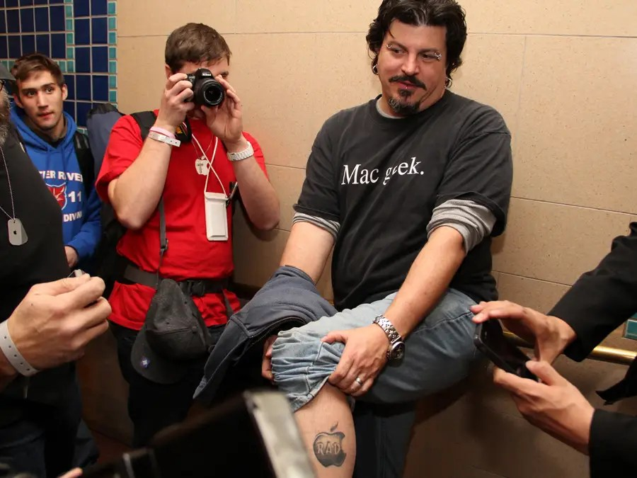 When he revealed his Apple tattoo, the photographers in the press area went bonkers