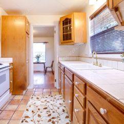 Kitchen Tiles Flooring 42 Cabinets 橡木柜厨房瓷砖地板和鲜花 图库照片 C Iriana88w 7615487