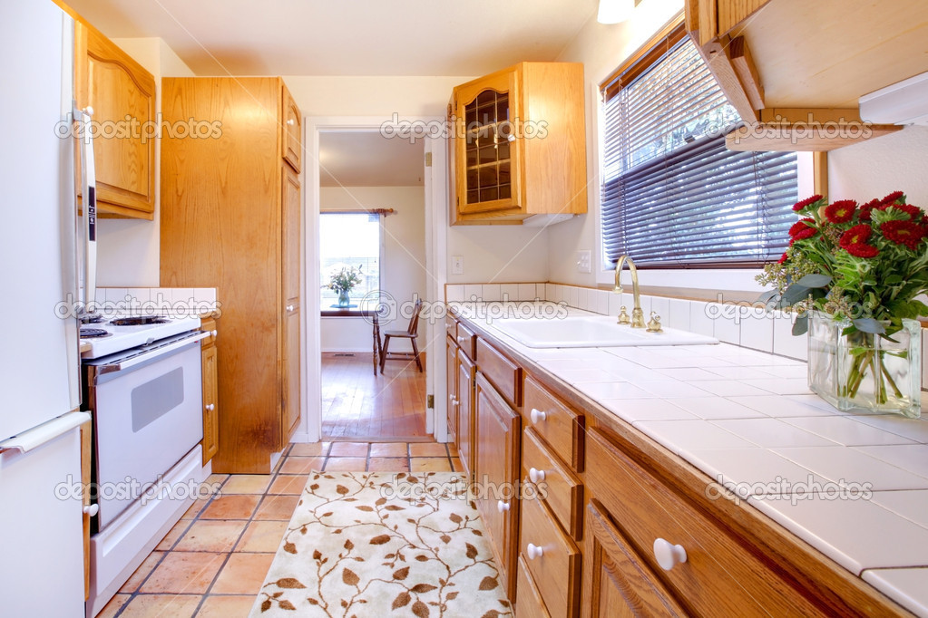 kitchen tile floor free standing sink unit sale 橡木柜厨房瓷砖地板和鲜花 图库照片 c iriana88w 7615487