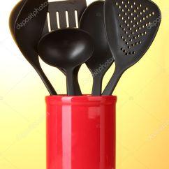 Black Kitchen Appliances Top Rated Cabinets 在黄色背景上的红色杯子黑色厨房用具 图库照片 C Belchonock 10586174