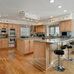 Oak Kitchen Islands Diy Cabinet Refacing 橡木实木橱柜的厨房 图库照片 C Lmphot 8655905 橡木实木橱柜和岛屿的大厨房 照片作者lmphot