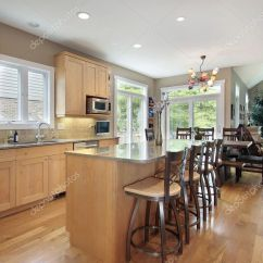 Oak Kitchen Islands Legacy Cabinets 橡木橱柜的大厨房 图库照片 C Lmphot 8716666 橡木橱柜和大理石岛屿的大厨房 照片作者lmphot