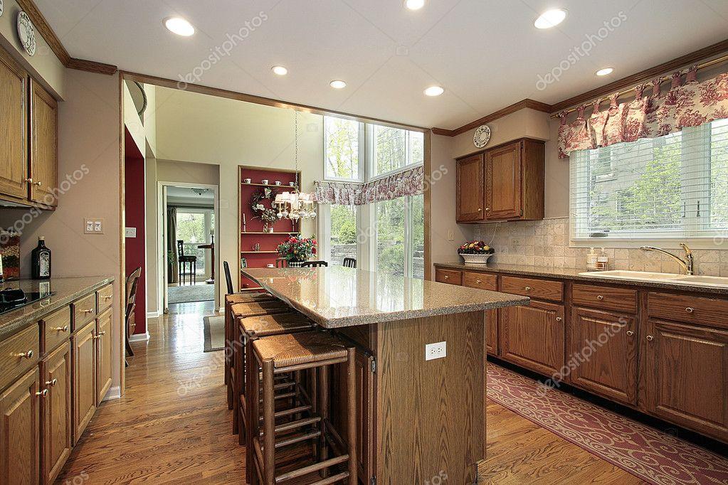kitchen wood cabinets trash bin 木柜厨房和吃饭的地方 图库照片 c lmphot 8727814