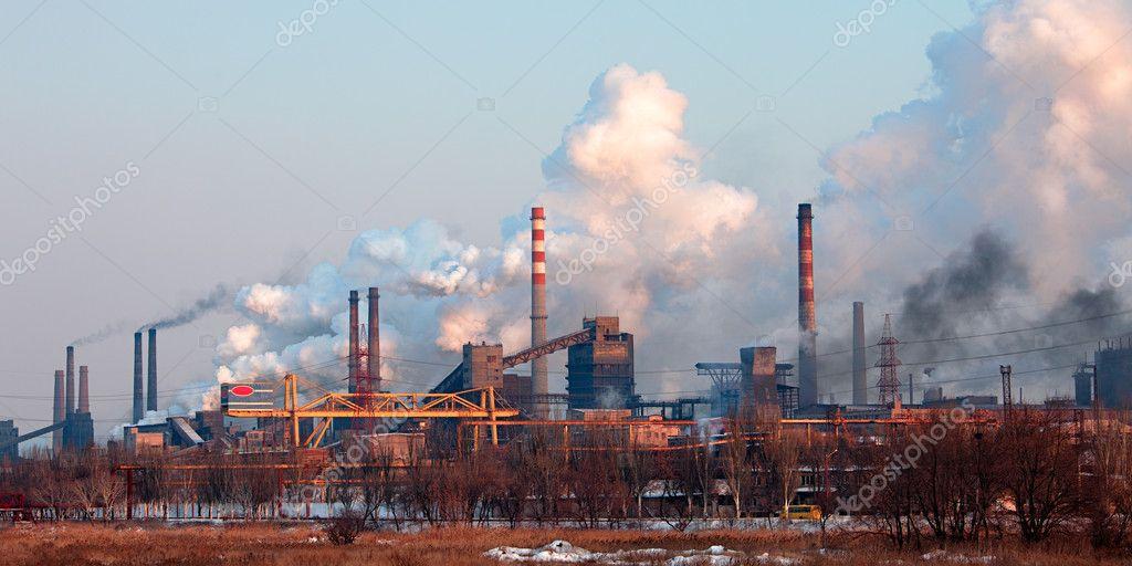 Paysage industriel avec chemine dusine et de la fume
