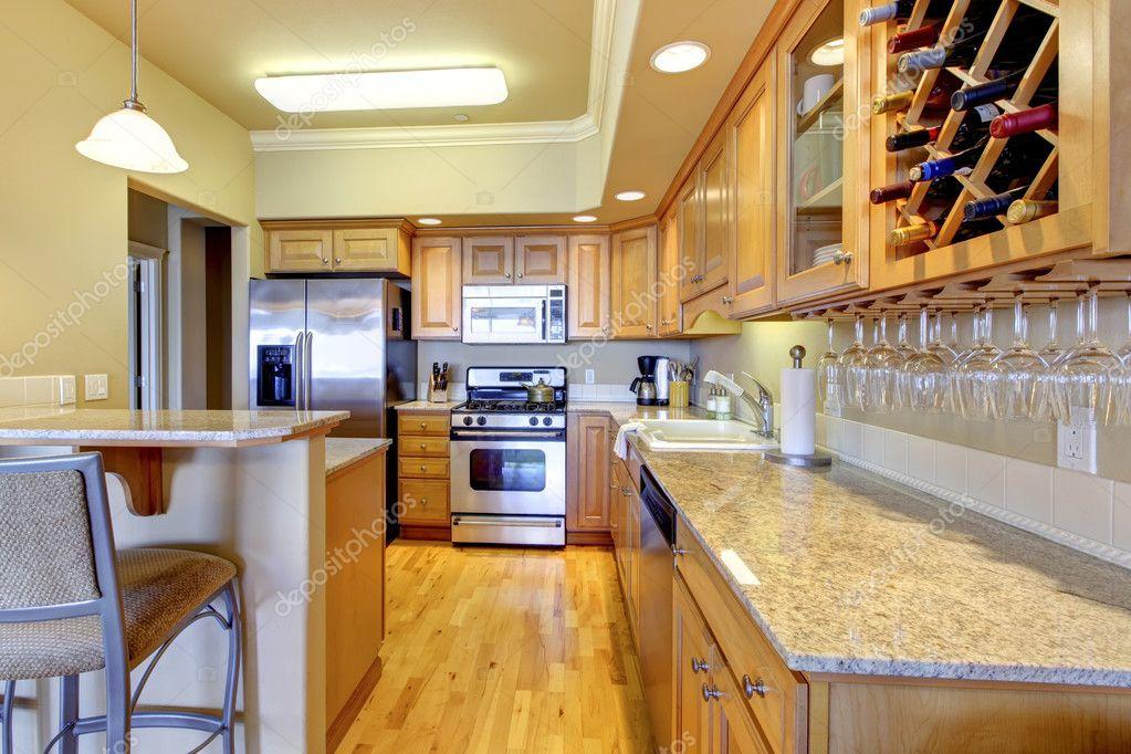 kitchen tops wood sink rugs 木金厨房的豪华公寓 图库照片 c iriana88w 11404543