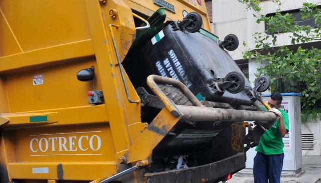 Del camión al estudio. El análisis se realizó sobre basura descargada directamente de los camiones (Sergio Cejas/Archivo)