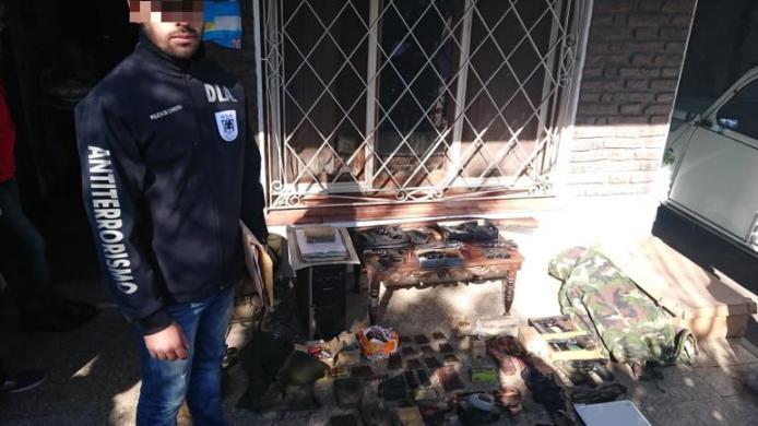 Secuestro. Gran cantidad de teléfonos celulares, documentación y ropa militar tenía la agrupación. (Ministerio de seguridad de la nación)