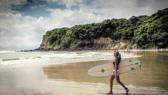 Algunas playas tienen el oleaje ideal para practicar surf.