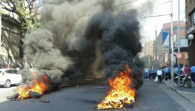 CÓRDOBA. Avenida Vélez Sarsfield cortada por protesta de UTA (Foto de Twitter @Matoscba).