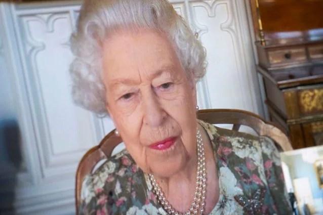 La Regina Elisabetta durante un'udienza virtuale in cui riceve alcuni ambasciatori.