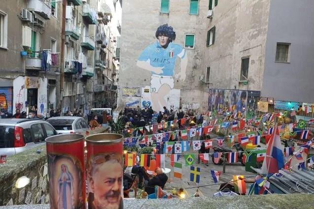 A Napoli piazza Diego Maradona ai Quartieri Spagnoli, davanti al murales  del Pibe
