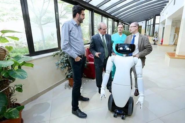 Robot umanoidi in ospedale per la cura e lassistenza