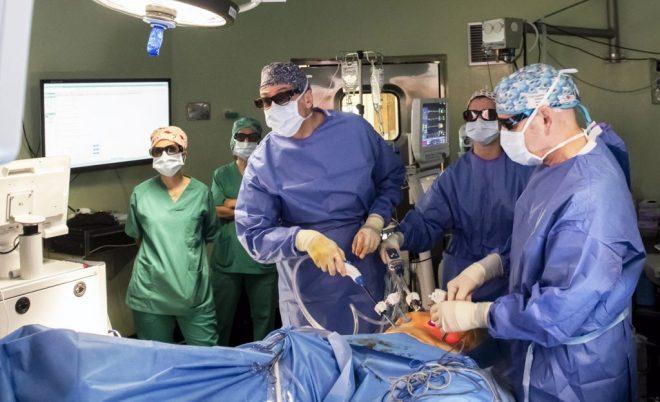 El equipo del Hospital Ramón y Cajal de Madrid en un momento de la intervención de cirugía prostática con mapeo neurofisiológico.