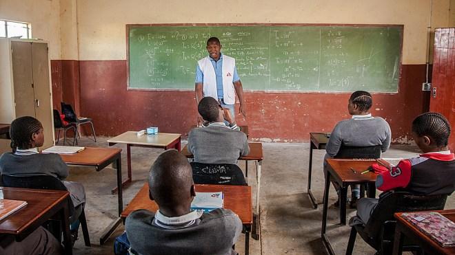 Los equipos de MSF han dado información en los institutos de zonas rurales sobre el VIH y los alumnos han podido acceder a la prueba en una furgoneta en la que viajaba la ONG.
